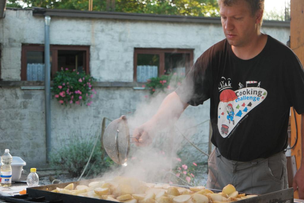 Alexander bakt voor de campinggasten.