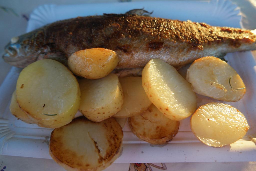Forel en gebakken aardappeltjes.