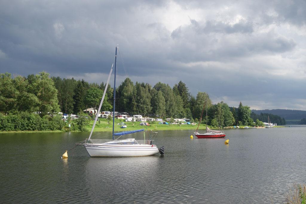 Camping Frymburk ligt direct aan het Lipnomeer.