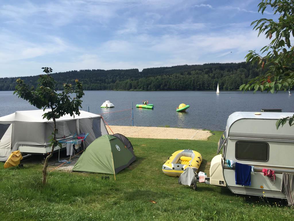 Voor de oudere kinderen is er een volleybal veld en liggen er speeltoestellen in het water bij camping Frymburk