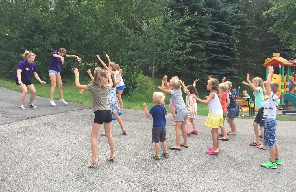 Het anitmatieprogramma op camping Frymburk begint iedere dag met een gezamenlijk dansje. Roos, Jet en Teun doen alle drie graag mee.