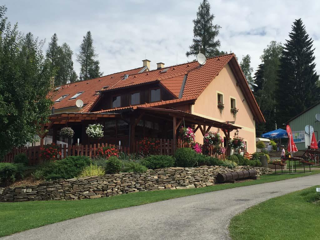 Het restaurant op camping Frymburk is centraal gelegen bij de receptie. Hier kan je prima eten!