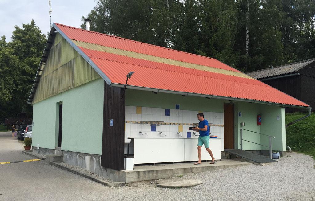 Één van de drie sanitair gebouwen op camping Frymburk.