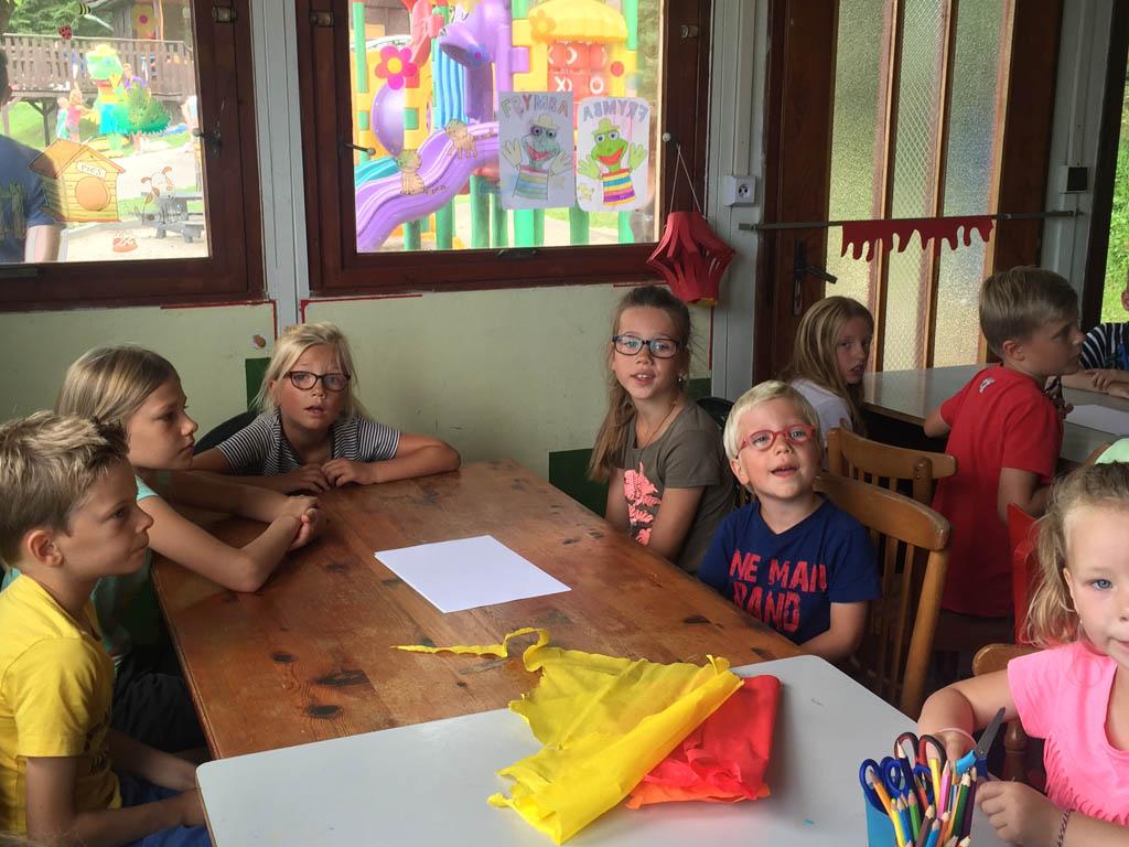 De kinderen zitten klaar in 'De Keet' om te gaan knutselen op camping Frymburk