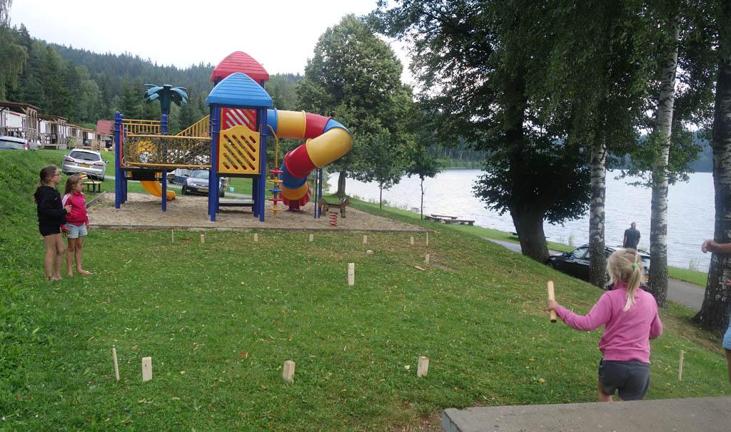 Er zijn verschillende speeltuinen op camping Frymburk. Een potje Kubb kan er ook prima gespeeld worden.
