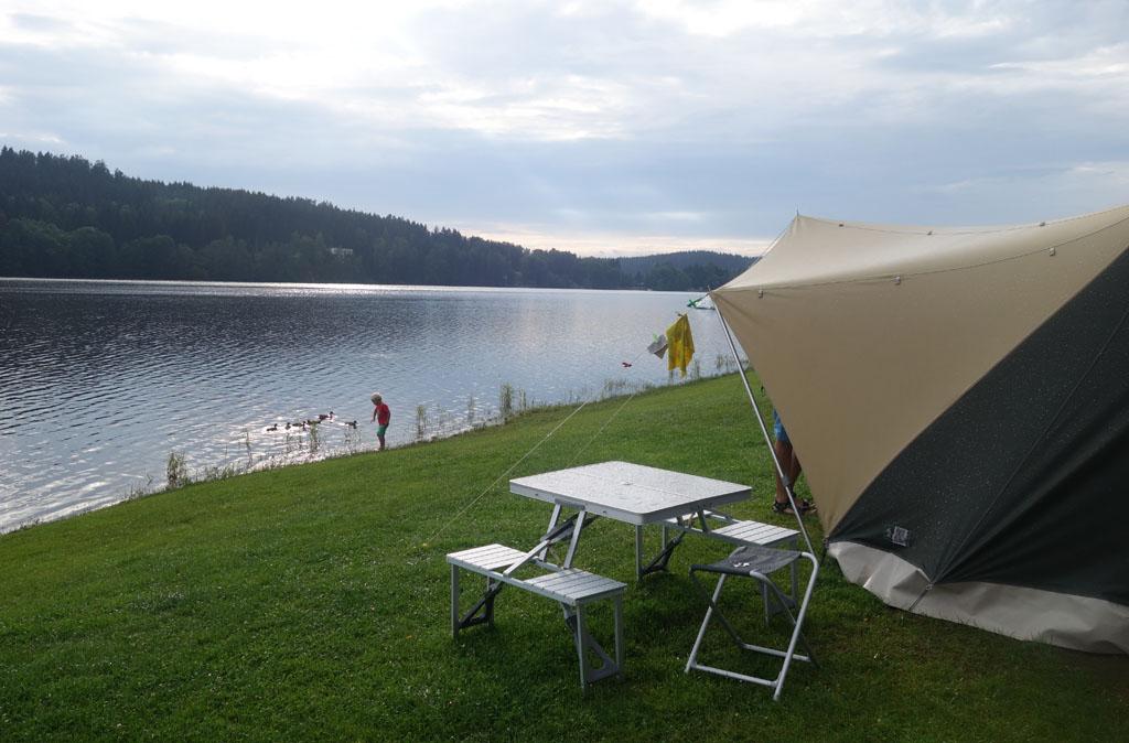 Campin Frymburk. Kampeerplaats 66 ligt prachtig aan het water.