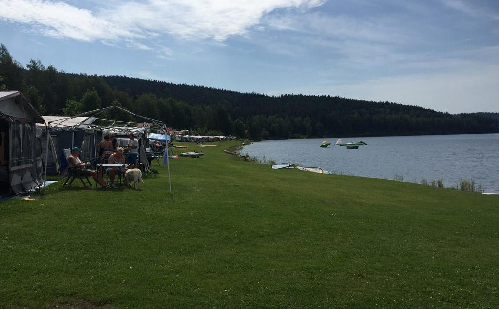 Camping Frymburk. Een groot deel van de kampeerplekken ligt direct aan het water.