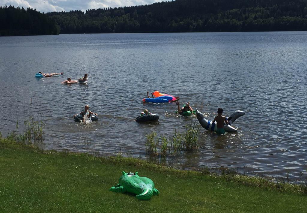De kinderen spelen direct voor de vouwwagen in het Lipnomeer op camping Frymburk