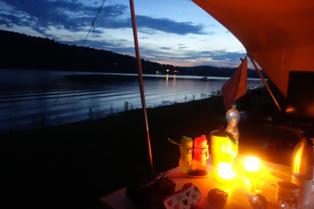 Camping Frymburk. 's Avonds lijkt het alsof we alleen op de wereld zijn.
