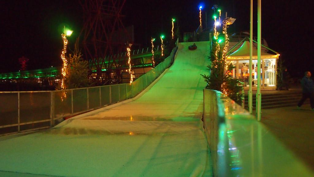 De verlichte roetsjbaan bij de Pier.