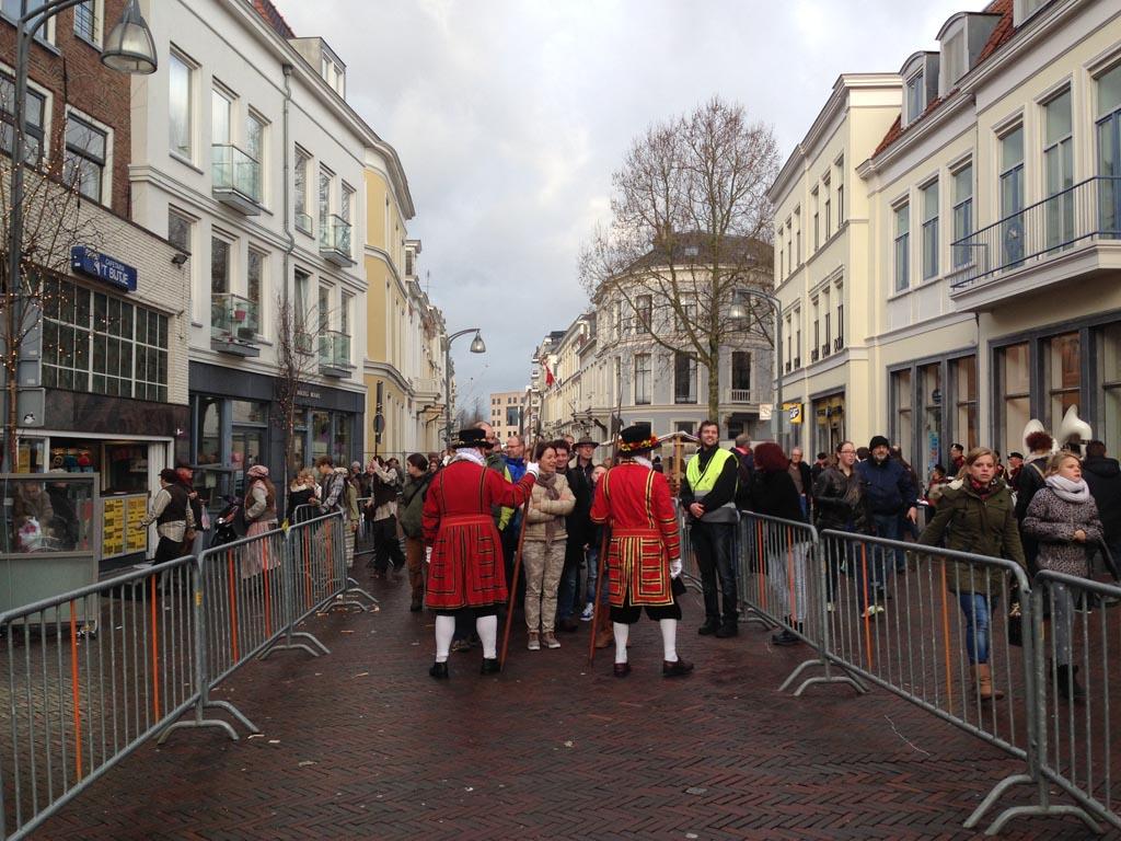 De wachtrij in Deventer aan het einde van de dag.