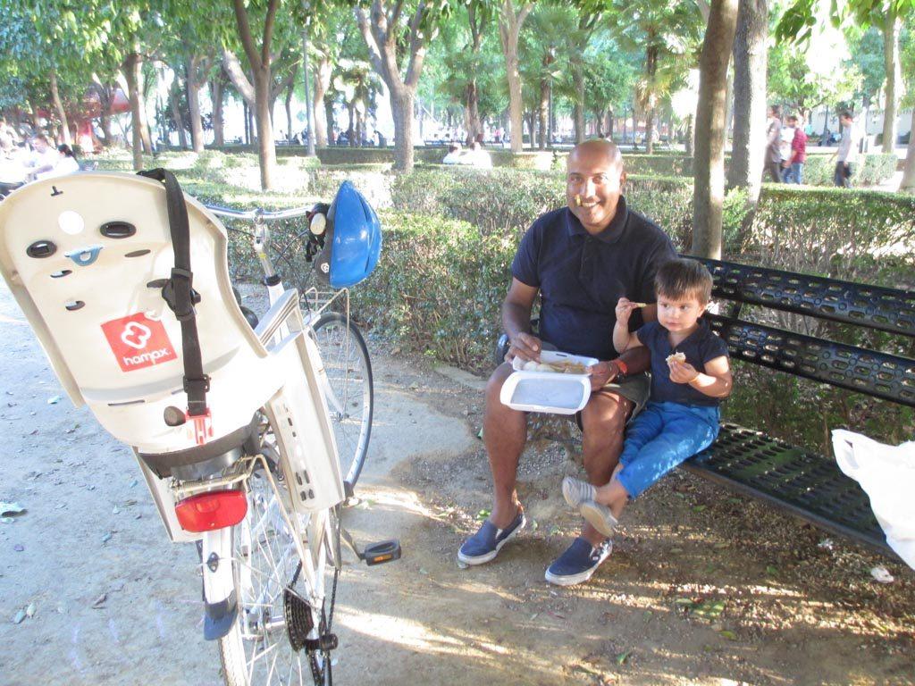 Tijdens het fietsen in Malaga en Sevilla met kinderen moet je ook goed eten. Lunchtijd!
