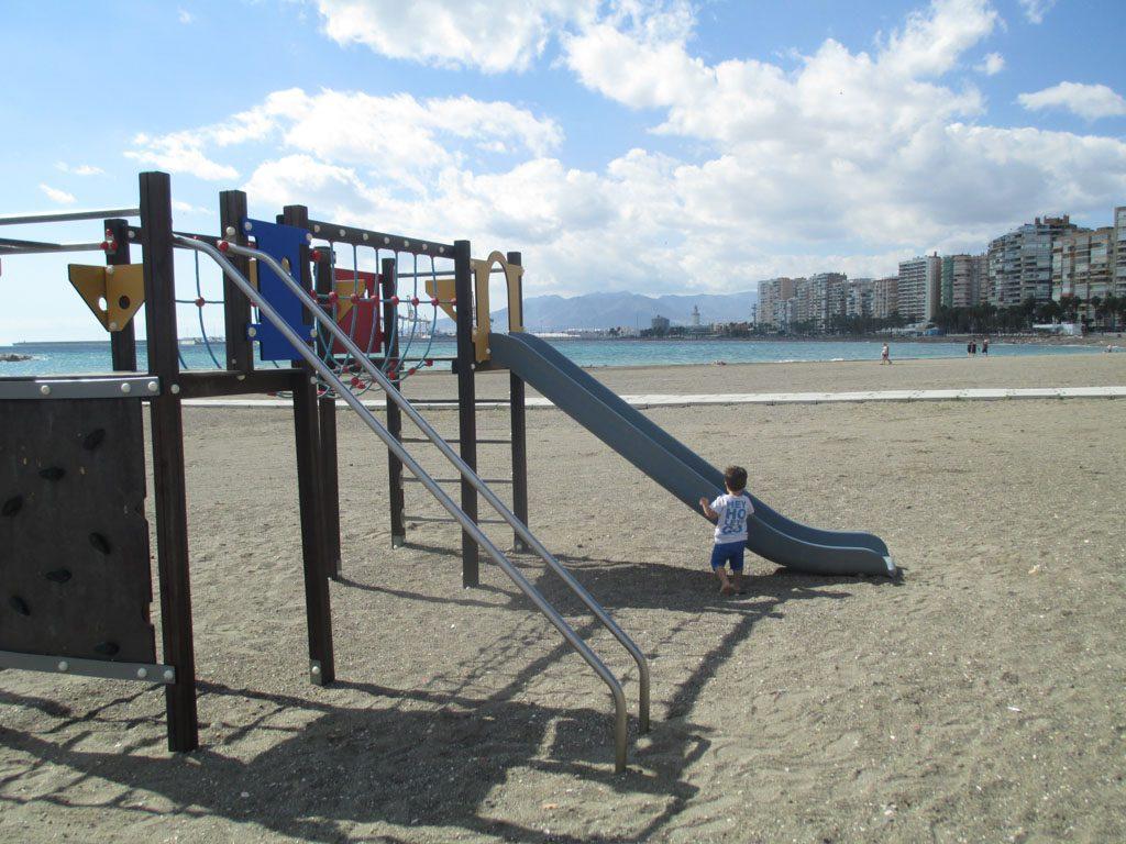 Het brede strand van Malaga is goed voor een pitstop. Met fijne speelplek.