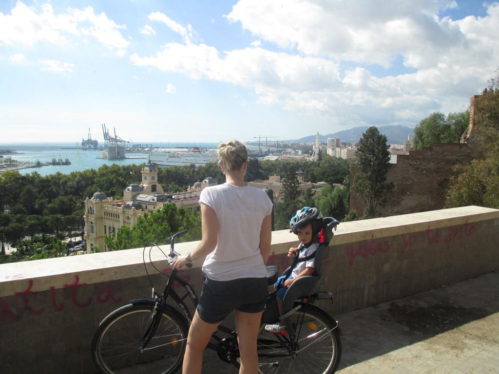 Fietsen in Malaga en Sevilla met kinderen is een aanrader vanwege het prachtige uitzicht onderweg. Bijvoorbeeld halverwege de Alcazaba.