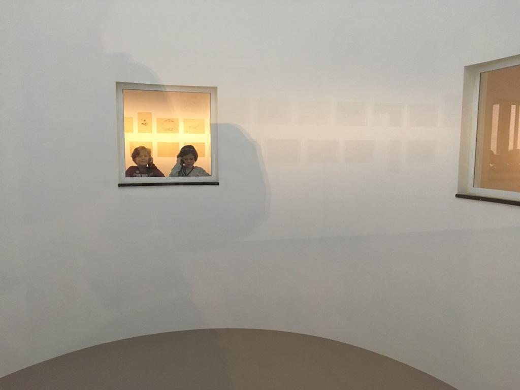 Kiekeboe! De vormgeving van het museum is heel modern met speelse doorkijkjes
