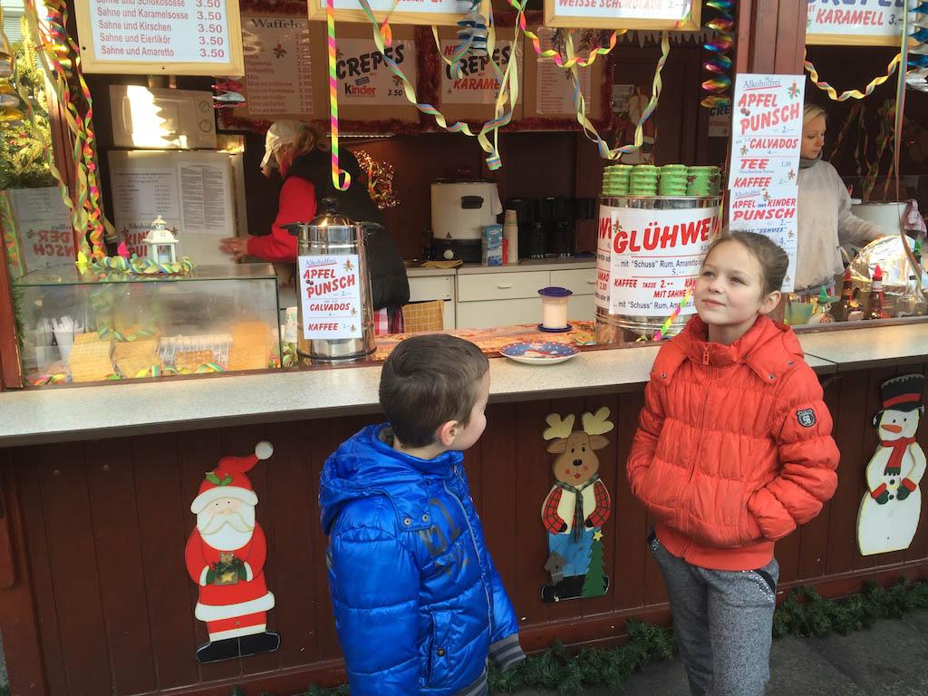 Blije kinderen, want ze verkopen er crêpes.