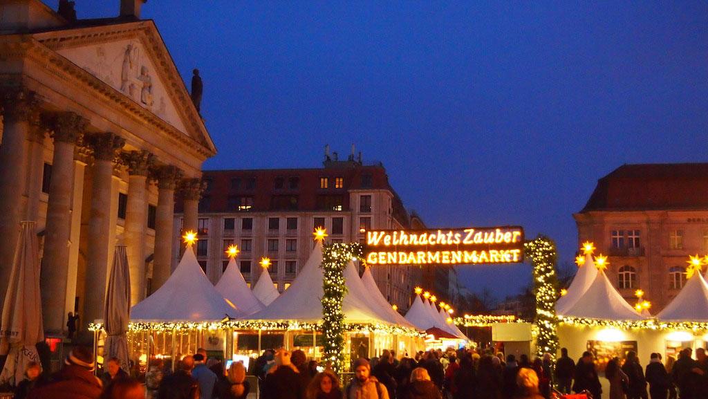De kerstmarkt op de Gendarmenmarkt.
