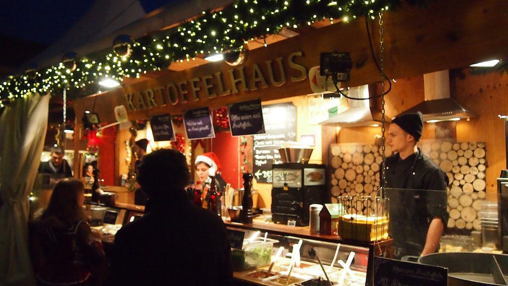 Zoals op alle kerstmarkten draait het op de kerstmarkt in Berlijn ook grotendeels om eten.