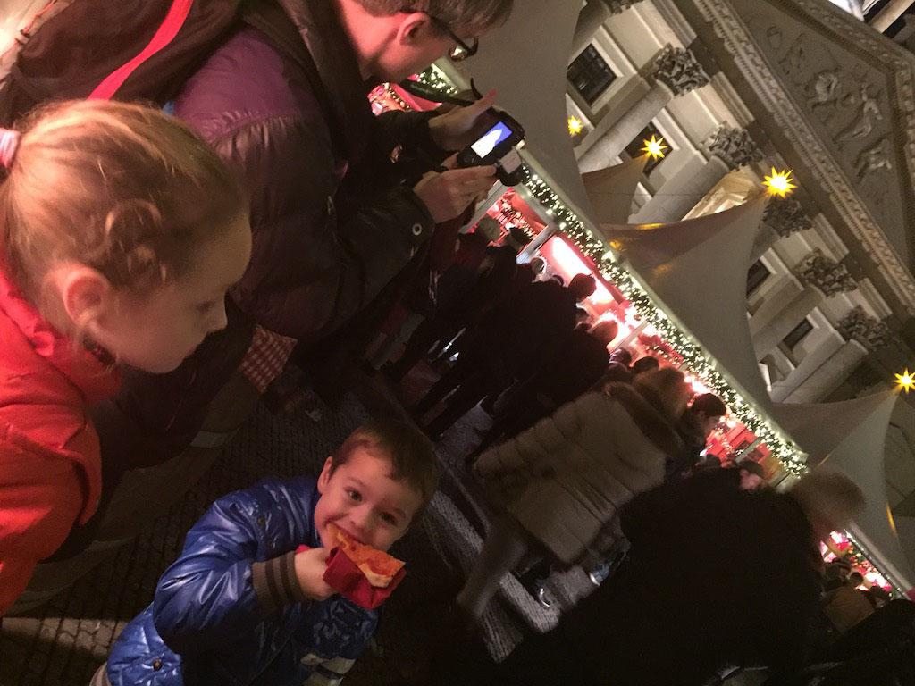 Eten op een rustig plekje aan de rand van de kerstmarkt.