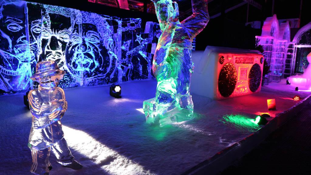 De sculpturen zijn prachtig verlicht.