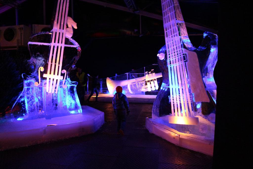 Hele grote instrumenten van ijs.