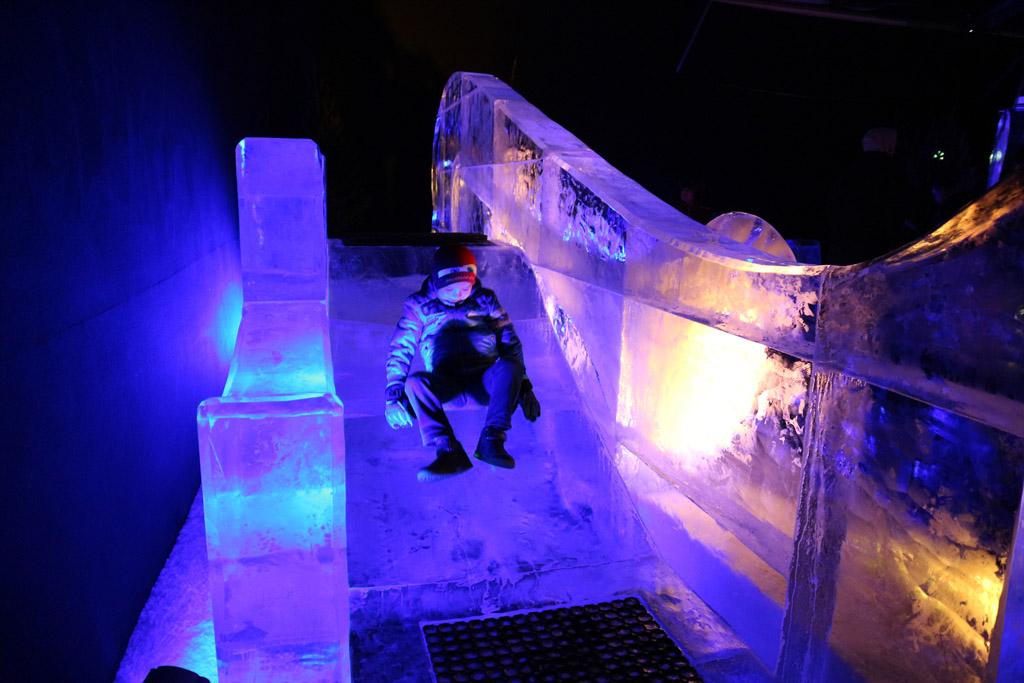 Hoe cool is dat? Een glijbaan van ijs!