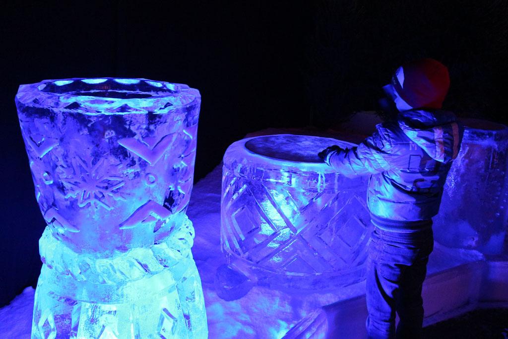 Drummen op trommels van ijs.