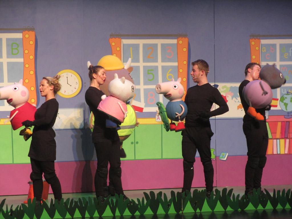 De acteurs dragen zwarte kleding en spelen met poppen in de hand de voorstelling.