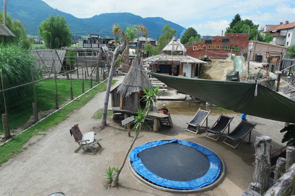 De ligstoelen rondom de trampoline.
