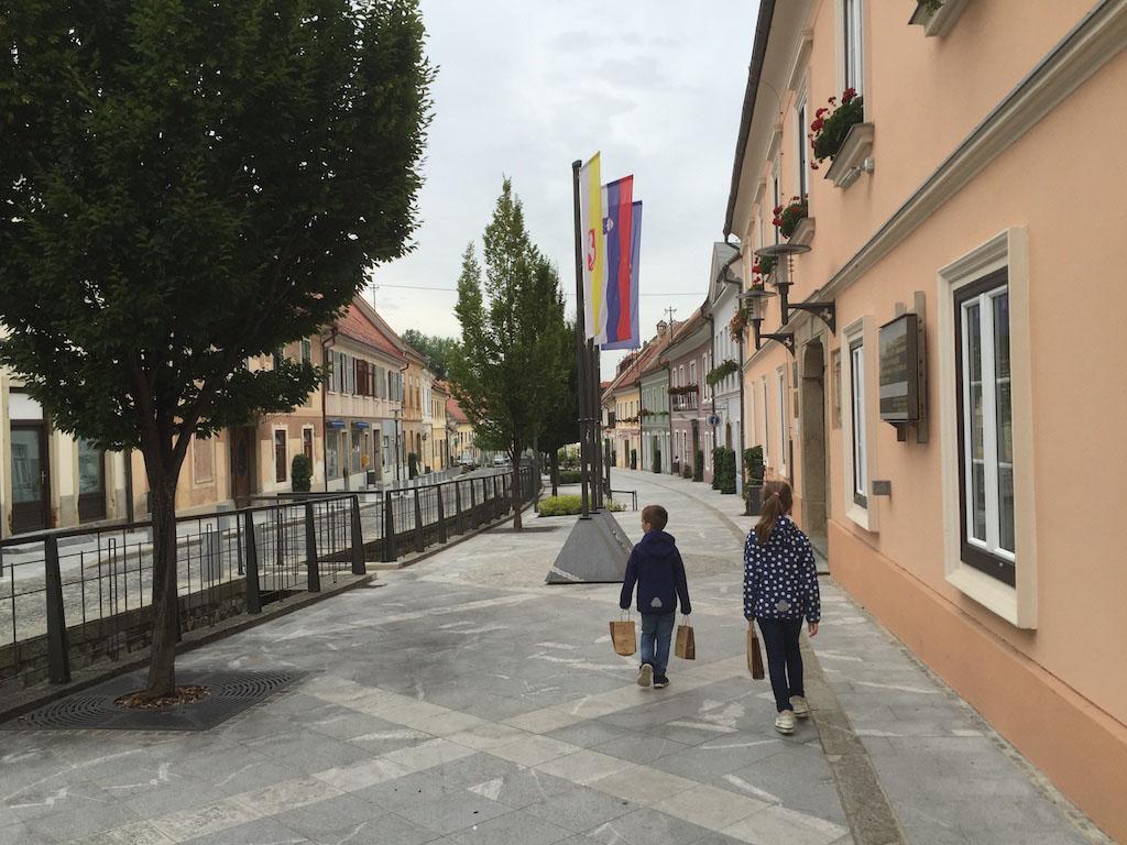 De hoofdstraat van Slovenske Konjice.