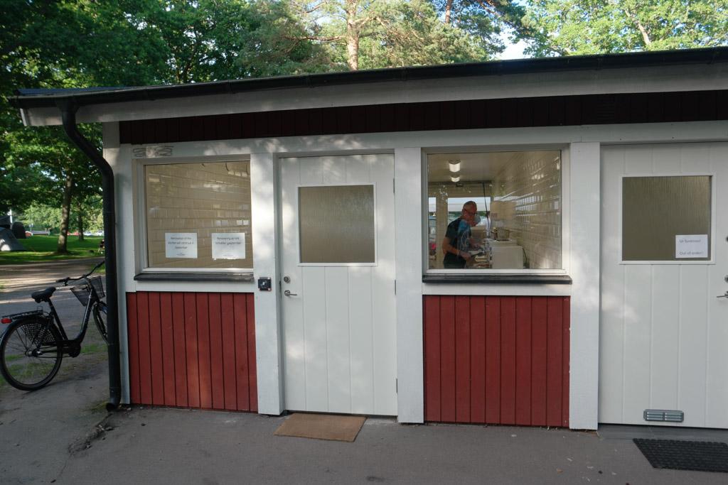De gezamenlijke kookruimte in het sanitairgebouw op de camping.