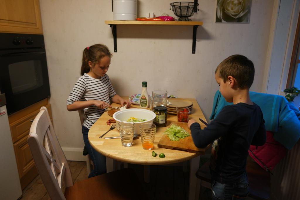 Helpen met koken in de keuken.
