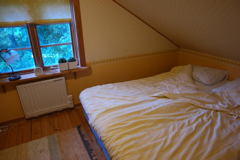 Deze slaapkamer heeft drie bedden.