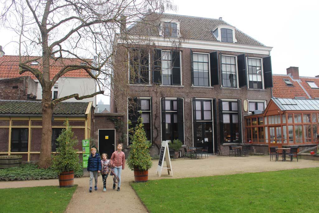 In het museumcafe Ginko kun je sfeervol lunchen, met uitzicht op de Oude Hortus.