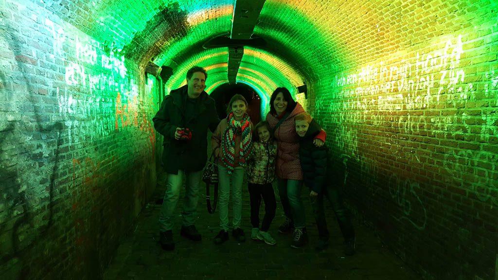 Een van de hoogtepunten van onze spannende stadswandeling in het donker, de tunnel op de Ganzenmarkt.