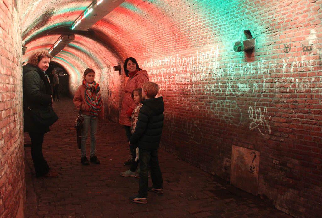 Na de prachtig verlichte tunnel komen we uit bij de werven, de stadskelders die zo typerend zijn voor Utrecht. Willemijn weet er alles van.