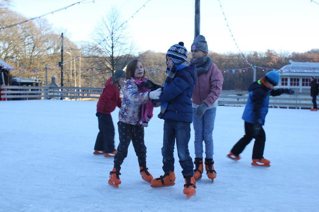 Schaatsen hoort natuurlijk bij Winter in het Openlucht Museum.