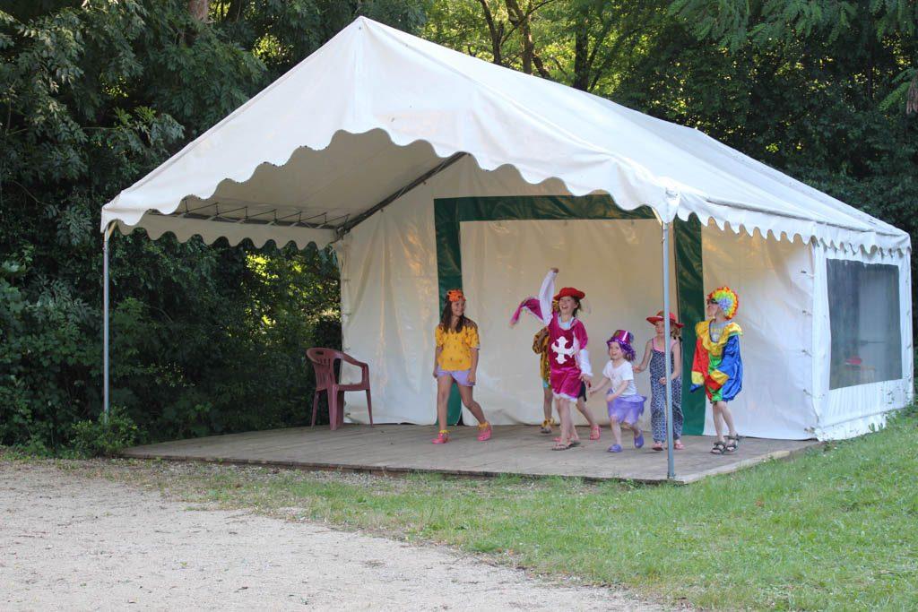De tent waar twee keer per dag in het hoogseizoen een kinderclub wordt gehouden.