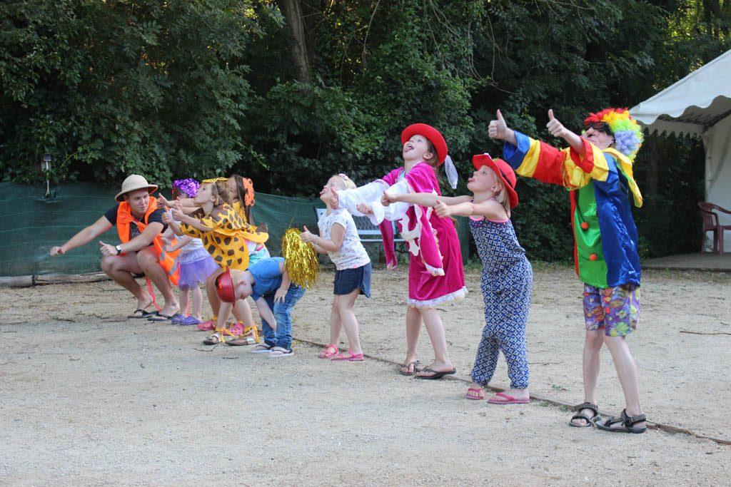 De kinderen hebben een show bedacht voor de campinggasten.