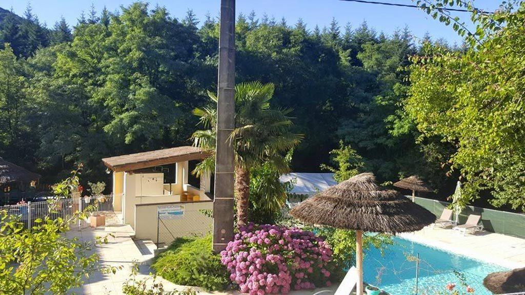 De camping heeft een zwembad zonder veel toeters en bellen.