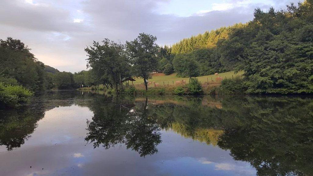 De camping is mooi gelegen aan de rivier de Chambourlas.
