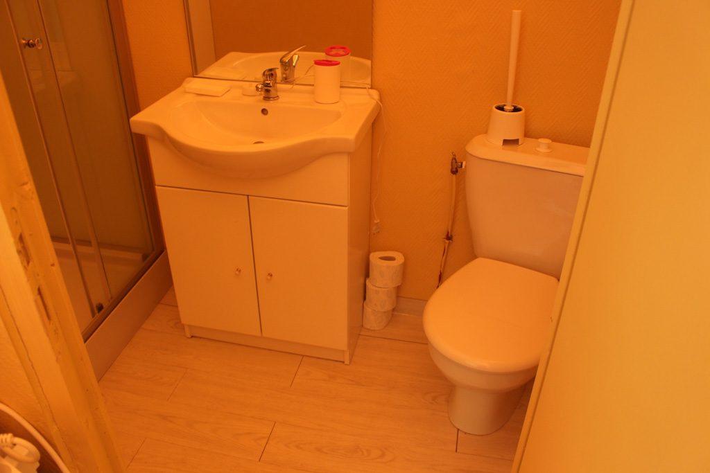 Eigen badkamer, klein maar fijn.