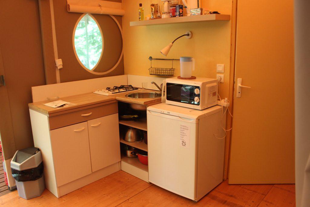 Kleine keuken voor het geval we een een keer binnen moeten koken.