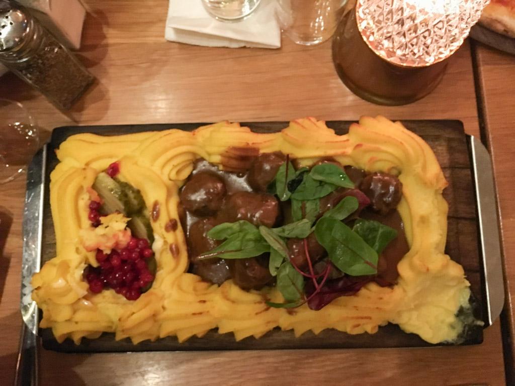 Genieten van traditioneel Zweeds eten.
