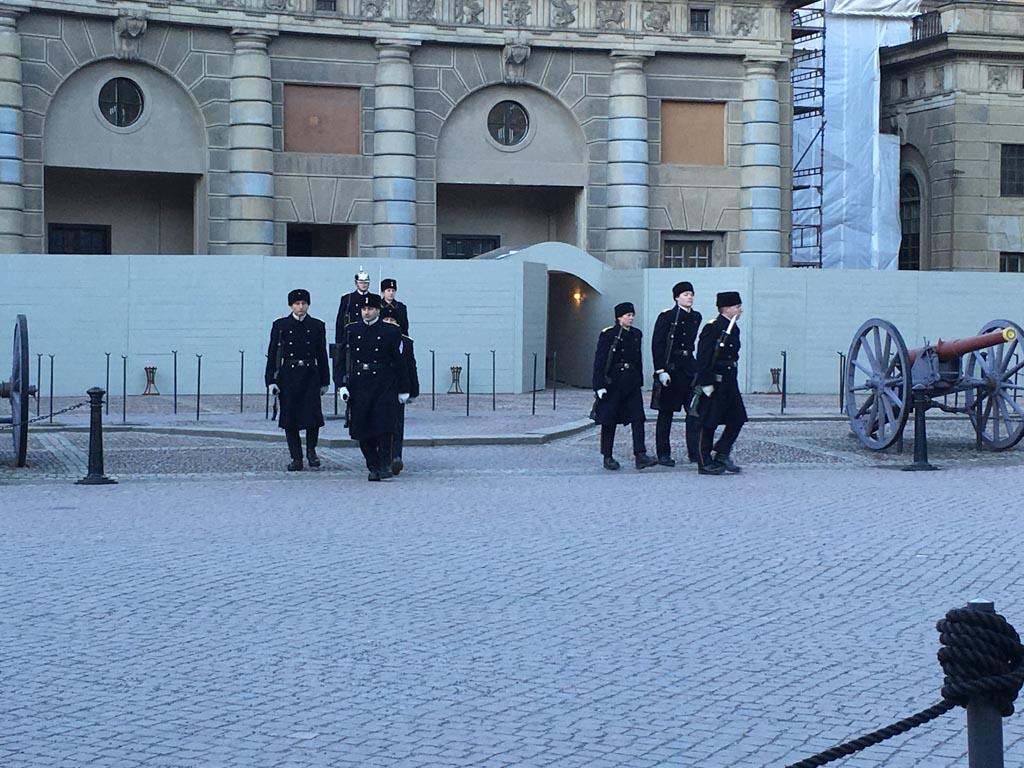 Wisseling van de wacht bij het koninklijke paleis.