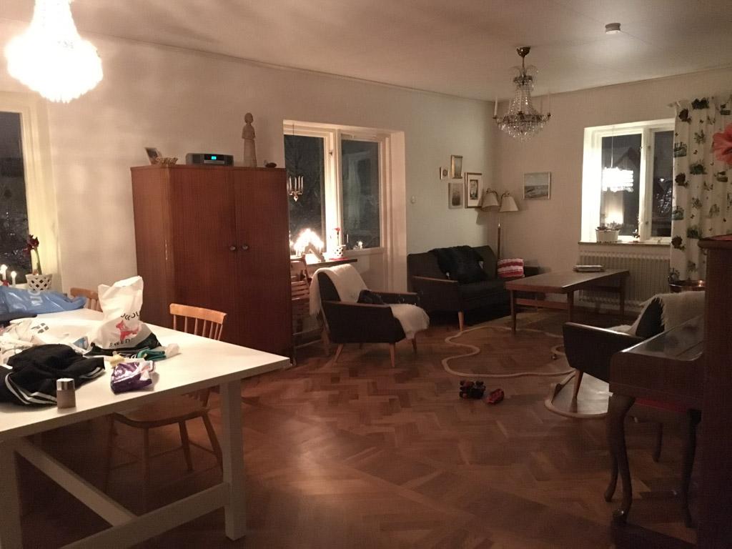 De woonkamer biedt genoeg ruimte.