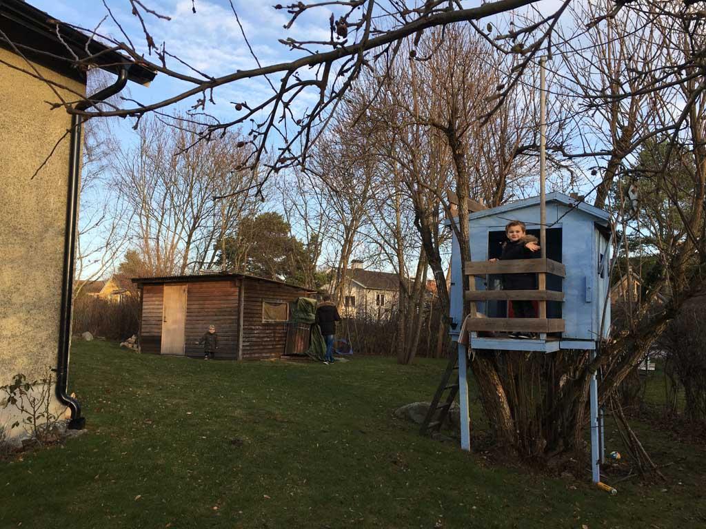Ons huis met de boomhut in de tuin.