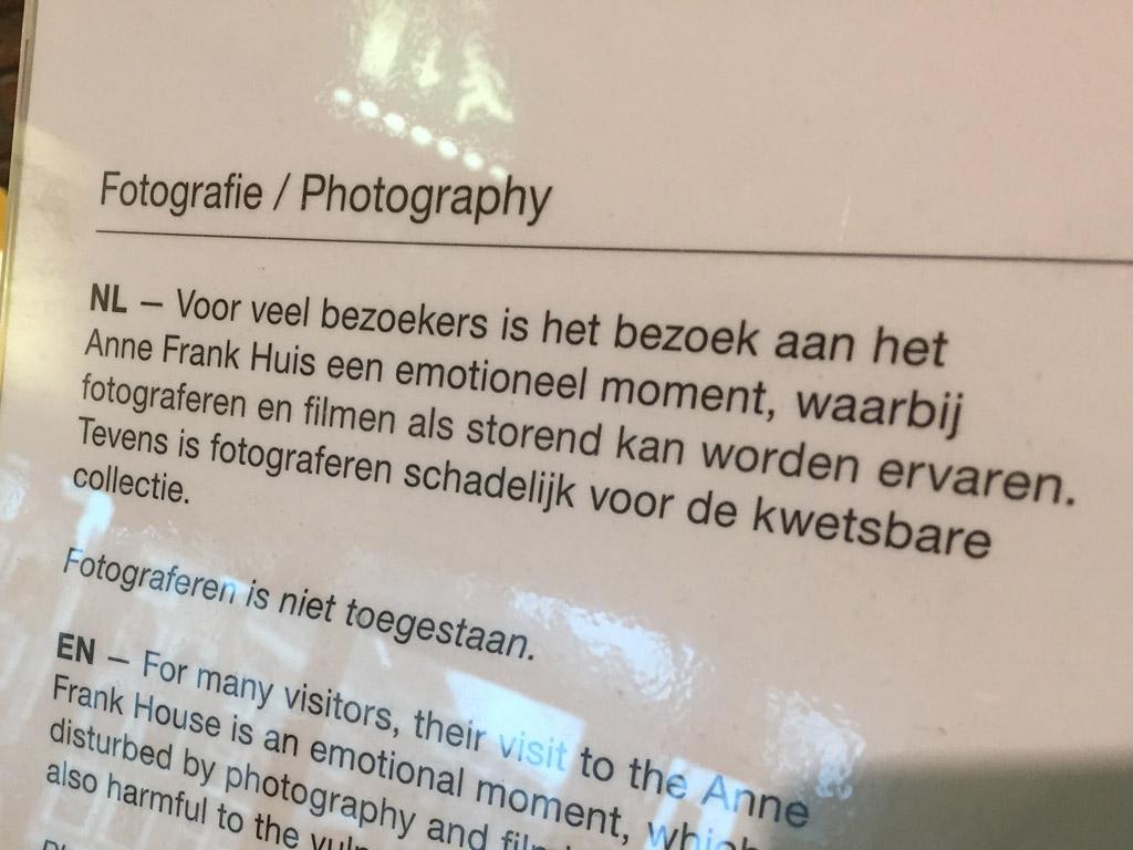 Foto's maken in het Anne Frank Huis is niet toegestaan en dat respecteren we op zo'n plek.