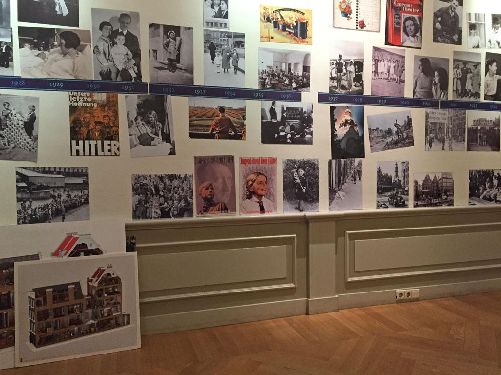 De foto's aan de wand die helpen bij het vertellen van het verhaal.