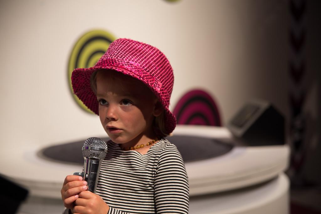 Irza aan het playbacken in de popstudio.
